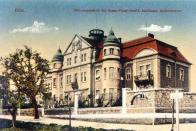 Kasárna projektoval mostecký stavitel Friedrich Kny, který se údajně inspiroval ve vojenské pevnosti Josefov