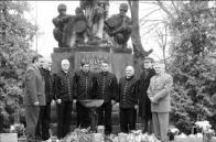 Památník na lomském hřbitově
