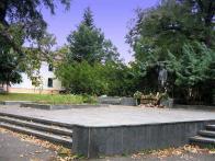 Pomník neštěstí, v parku u školy Humanitas