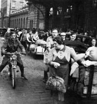 Příjezd českých uprchlíků z pohraničí před Wilsonovým nádražím v Praze