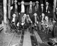 Skupinové foto horníků v důlní chodbě. Jedná se o skupinu jámových údržbářů, z nichž se někteří v té době zúčastnili na opravě dotčené lanovky. Pamětník Ladislav H. stojí čtvrtý zleva