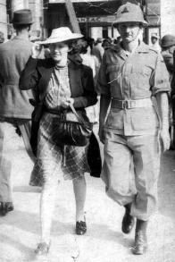 """Na snímku je zachycen dobrovolník jihoafrické armády John Fraser s manželkou. Na zadní straně fotografie anglický popisek West Street, Durban, June 1941 a věnování v němčině """"Mému kamarádovi Ladislavu H., 14.5.1945, John Fraser"""""""