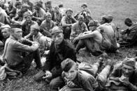 Skupina sovětských zajatců, vyfotografovaná krátce po příjezdu na Mostecko. Muži jsou ještě v relativně velmi dobrém stavu