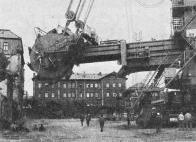 Pohled na připravený těžební velkostroj a bývalé hlavní nádraží krátce před likvidací