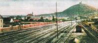 Pohled od kolejiště mosteckého nádraží na město a Zámecký vrch roku 1913