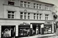 ůvodní Voigtův rodný dům v Široké ulici, dnes ulice 9. května, již neexistuje jelikož vyhořel roku 1914. Dlouho zde zůstávala proluka mezi domy, a to až roku 1929, kdy byl postaven dvoupatrový estetický objekt sloužící především k nákupním účelům