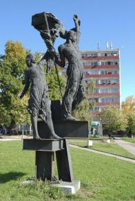 """""""Bojovníci"""" Stanislav Hanzík, 1979, bronz, před budovou Citadela,"""