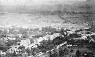 Pohled na město od severu ze svahu nad starou poliklinikou (bývalou lesovnou) kolem roku 1895. Na spodní části snímku nejsevernější část Rooseveltovy ulice (dnes Valdštejnská) s rybníčkem zvaným Kachní louže (Entenpfütze)