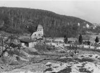 Zrušená kaple a chudeřínský hřbitov,omylem někdy považovaný za hřbitov hamerský.Vpředu je staveniště ZŠ Hamr.