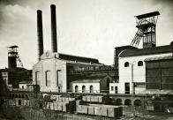 Ačkoli v okolí Mostu byly dostatečné zásoby uhlí, kvůli nedostatku vagónů je nebylo možné odvézt. Počátkem října byl ministerským výnosem snížen příděl uhlí pro Most z 240 na 75 železničních vagónů na měsíc.  Ilustrační foto dolu Maršál Koněv cca 1930 Oblastní muzeum v Mostě.