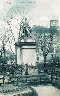 Pomník císaře Josefa II. byl odhalen v květnu roku 1882. V prosinci 1918 císařovu sochu neznámí pachatelé srazili z podstavce. Foto: ze sbírky J. Švece a Oblastního muzea v Mostě.