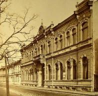 Budova Turnhalle kolem roku 1912. Při obsazování Mostu zabralo československé vojsko také německou tělocvičnu. Její vrácení pro spolkové a veřejné účely bylo jedním z požadavků, které v memorandu pražské vládě sepsali němečtí členové obecní správní komise.