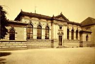 Budova německé měšťanské školy byla postavena v roce 1894, o rok později k ní přibyla samostatná budova tělocvičny (na snímku). Foto: Oblastní muzeum v Mostě