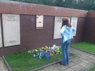 Daniela Marešová si prohlíží v částí hřbitova věnovanému padlým v bojích, pamětní desku