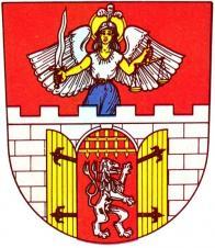 Na červeném štítě je stříbrná hradební zeď z kvádrů s cimbuřím o šesti stínkách. Uprostřed je otevřená brána se zlatými, černě kovanými vraty a s vytaženou zlatou mříží. V bráně je vztyčený, doleva obrácený stříbrný lev dvouocasý bez koruny. Nad cimbuřím vyrůstá po kolena viditelná okřídlená postava archanděla Michaela v bílé haleně a modré suknici se zlatými vahami v levici a stříbrným mečem se zlatou rukojetí v pravici. Na hlavě má přílbu s chocholem a svatozáří.