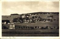 Další z řady záběrů z německé strany na českou. Pohlednice pochází z období okolo roku 1940 a můžeme na ní vidět Mníšek v jeho původní podobě, kdy k téměř každému stavení náležela další hospodářská budova či stodola, v níž byly umístěny zemědělské nástroje potřebné pro obživu místního obyvatelstva a i konečné produkty této práce