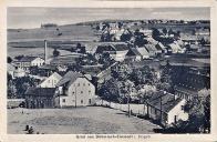 Idylický pohled z německé části na část českou okolo roku 1925. Všimněte si, že oproti dnešku zde bývalo mnohem více domů. Uprostřed u hlavní silnice lze rozpoznat i stavbu kostelíka, či spíš kapličky Nanebevstoupení Panny Marie