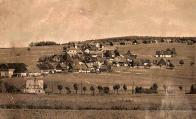 Další z řady tradičních záběrů z německé strany na českou. Domek v popředí stojí ještě na německé straně u silnice do Deutschneudorfu