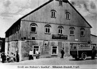"""Až do roku 1945 byla i česká strana Krušných hor jedním velkým turistickým """"eldorádem"""". Na cestu k moři či do vzdáleného zahraničí měl málokdo, a tak se jezdilo do nejbližších hor, což bylo pro lidi z průmyslových oblastí Čech a Saska velmi dobrou alternativou. Z tohoto důvodů vznikalo na obou stranách Krušných hor mnoho restaurací, hotelů, výletních hostinců, horských chat, ozdravoven a rekreačních objektů mnoha institucí a spolků. Zde vidíme výsledek-Hostinec pana Andrease Hubnera. Jak se zdá, tak náklaďáček právě dovezl něco dobrého do hrdla vyčerpaných turistů"""