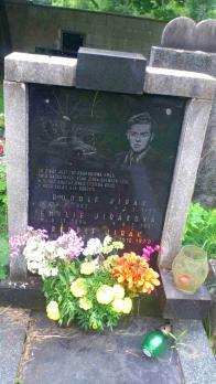 Jeden ze zajímavější hrobů našeho hřbitova-symbol auta možná značí příčinu smrti