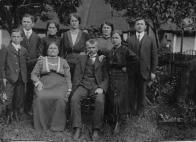 Rodina pana Staňka, rodáka z Lomu před domkem v Mariánské