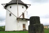 Kámen přestěhovaný k větrnému mlýnu. Nápisy na něm jsou ještě čitelné. Autor: Vladimír Vacula, Zdroj: Sedmička