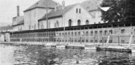 Císařské lázně-fotografie byly pořízeny paní Anny Reichlové, rozené Pleyerové Její otec byl plavčík na městské plovárně. (Die Bilder stammen von Frau Anny Reichle geb. Pleyer. Ihr Vater war ais Bademeister bei der Stadt Oberleutensdorř beschaftigt.)