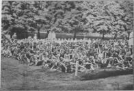 Skupina chovanců v zahradě zotavovny v roce 1930. Pobyty dětí byly zajišťovány celoročně