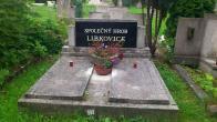 Hřbitov v jednom hrobě...snímek z Litvínovského hřbitova