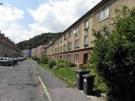 Alešova ulice dnes, po levé straně domky postavené za války spolu a v podobném duchu s Osadou.Vpravo stavby z 50 až 60 let
