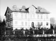 Foto budovy z roku cca 1910, kdy tu býval chudobinec a chorobinec,