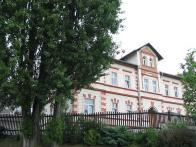 Dnes (2010) v budově sídlí státní správa.