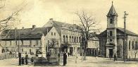 Náměstí Josefa II. se sochou císaře. Kostel Nejsvětějšího Srdce Páně