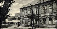 Čítárna a knihovna, v pozadí budova Sokola