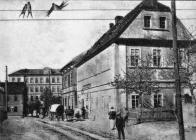 Bruch-Schulviertel (Lom Školní čtvrť). Na konci ulice Německá škola. Vpravo hostinec Karla Lorenze, v němž byla v r.1899 založena první česká veřejná knihovna