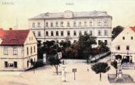 Náměstí Joseffa II. se sochou císaře. Vpravo, díky nápisu víme, že v domku byla lomská strážnice