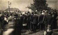 Odhalení památníku v roce 1924. Autor: archiv svazu skautů a skautek ČR, středisko 425.01 Most