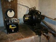 Historický elektromotor pohánějící mlýn při nedostatku vody