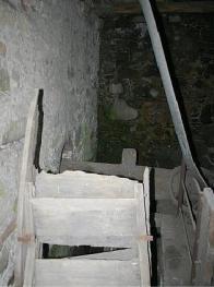 Rozbité mlýnské kolo s vodním náhonem
