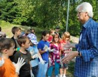 Při čištění lomského oprámu a jeho okolí pomáhaly také děti ze 7. ZŠ v Mostě. Starosta Lomu Josef Nétek nejprve malým školákům vysvětlil, jak vlastně vodní plocha v Lomu vznikla. Teprve potom se děti se studenty ze Scholy Humanitas pustili do úklidu. Během krátké chvíle nasbírali plný kontejner odpadků.