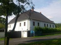 Není těžké si představit že tento dům s velikou valbovou střechou býval mlýnem...