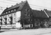 Dostavba jihozápadní části ulice S. K. Neumanna s restaurací U Nudle z roku 1955. V místě od konce 50.let 20. století protíná ulici trasa normálně-rozchodné trati tramvaje.