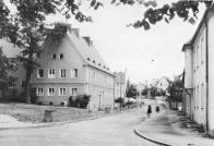 """Východně od ulice S. K Neumanna vznikly další domy ve """"vnitrobloku"""" který byl spojen s oběma hlavními ulicemi klenutými průjezdy v uličních frontách."""
