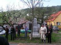 Pomníku žehná představený církve, v popředí čestná stráž v dobových uniformách.