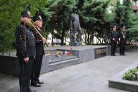 Slavnostní stráž u pomníku obětí důlního neštěstí drželi zástupci hornického cechu