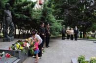 Květiny k pomníku pokládali i zástupci nejmladší generace, kteří o neštěstí vědí pouze z vyprávění
