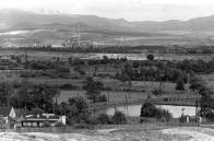 Osada Pokrok 70. léta - Hrdlovské koupaliště, v pozadí důl Pokrok a elektrárna Ledvice ( 1967 )