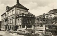 Budovy bývalé polikliniky na snímku z 50. let minulého století