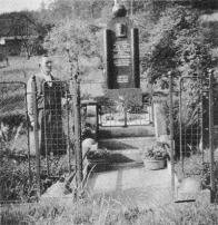 Válečný pomník na Horní Vsi U pomníku stojí p. Klee, který ho velmi opatruje. Poděkování odesilatelce pohledu velevážené Martě Wielandové, roz. Sanderové, z Mnichova