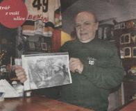 Josef Pošta ukazuje noviny z roku 1995, na nichž se jeho strýc zdraví s americkou ministryní zahraničí Albrightovou